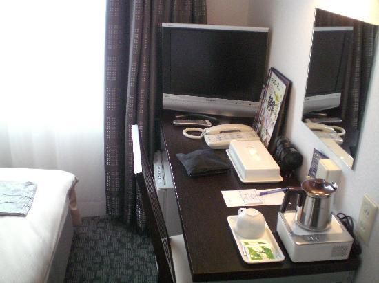 Fukuyama Oriental Hotel: デスク回り(デスク上に当方の荷物がありますが…)