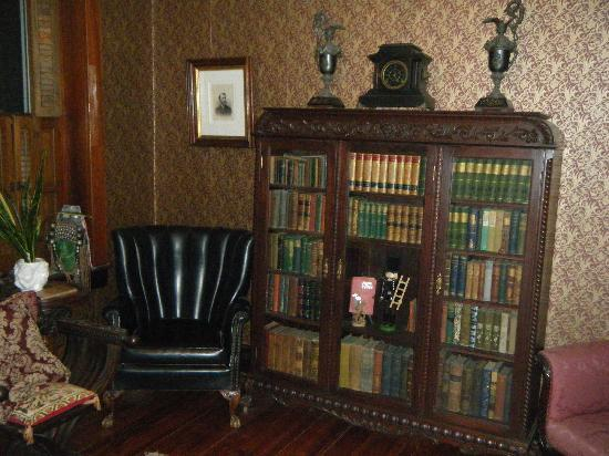 Gilded Cupid B&B: house library
