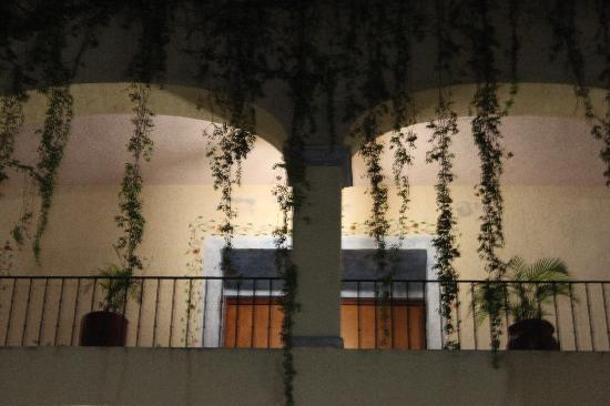 Azul Sirena Huatulco: Flamboyant hotel courtyard