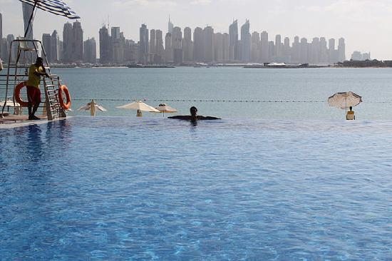 Movenpick Ibn Battuta Gate Hotel Dubai : на пляже..в бассейне.