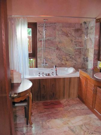 Sandalwood Luxury Villas : Jasmine villa - bathroom