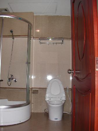 Mai Vang Hotel: トイレとシャワー