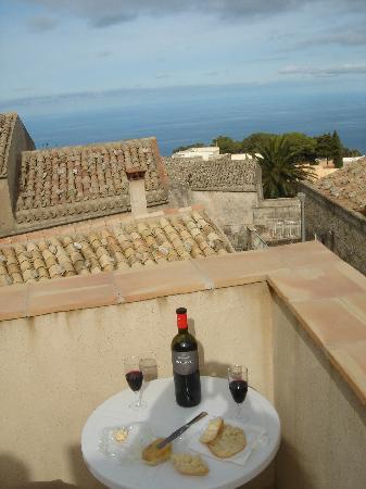 Hotel San Domenico: Apéritif improvisé devant le charmant panorama d'Erice à l'hôtel San Domenico
