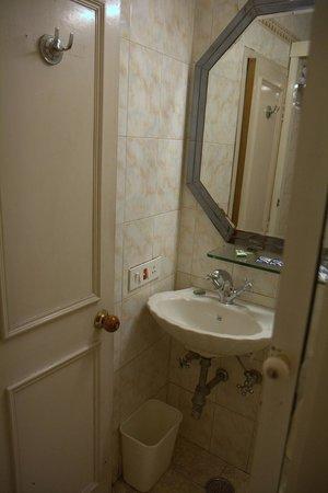 Hotel Alka Premier: Very crammed bathroom