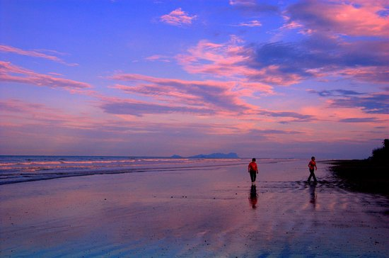 Sematan, มาเลเซีย: Guests strolling on the beach at sunset.