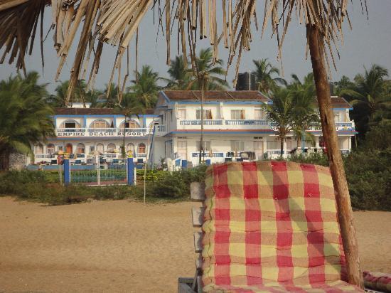 Empire Beach Resort Hotel: Solsäng vid stranden (ej hotellets)