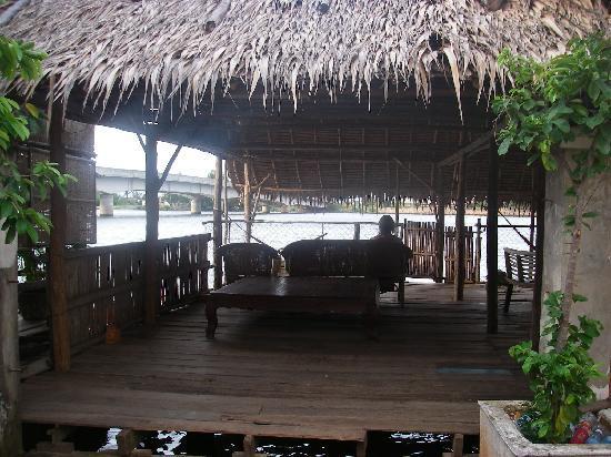 Kampot River View: vue sur l'espace restauration