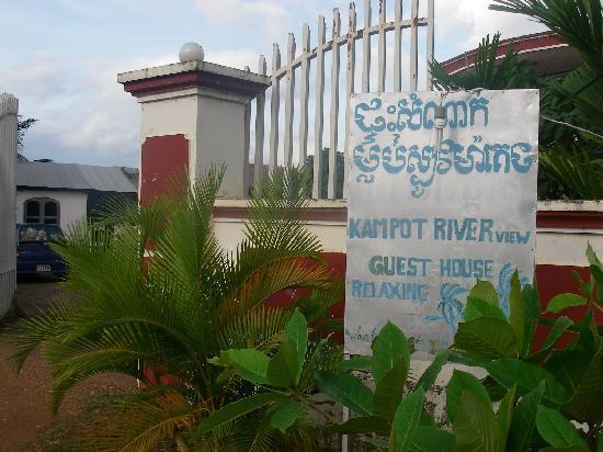 Kampot River View: entree de la guest house