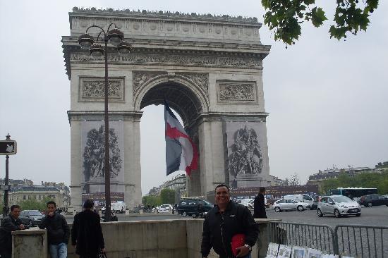 Paris, França: el famoso arco del tiunfo bello por dentro
