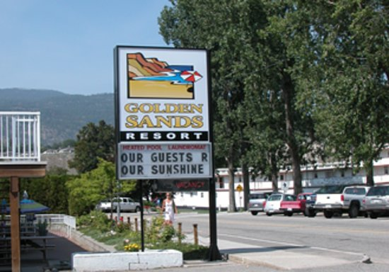 Golden Sands Resort Motel: Entrance showing SS Sicamous