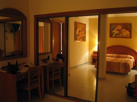 Hotel Las Arenas: Dormitorio a través del espejo del armario
