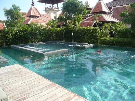 Siripanna Villa Resort & Spa: pool and jacuzzi