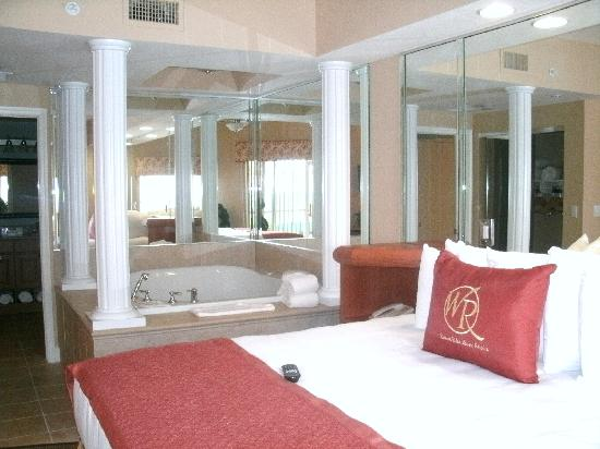 Westgate Town Center Resort & Spa: Master bedroom with jacuzzi