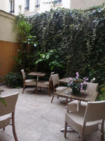 Hotel de l'Alma: Little garden in backyard