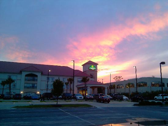 La Quinta Inn & Suites Biloxi: Outside View during sunset