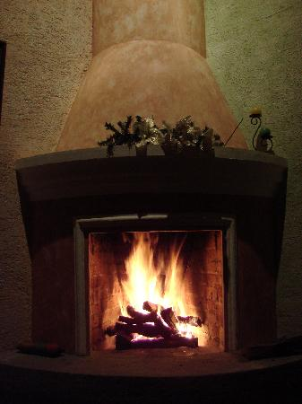 D'Leyenda Hotel: Fireplace