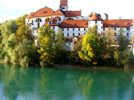 Füssen, Tyskland: castle in Fussen overlooking the river Lech