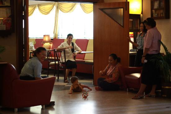 Atlanta Hotel: Our baby enjoys the attention of staff at The Atlanta