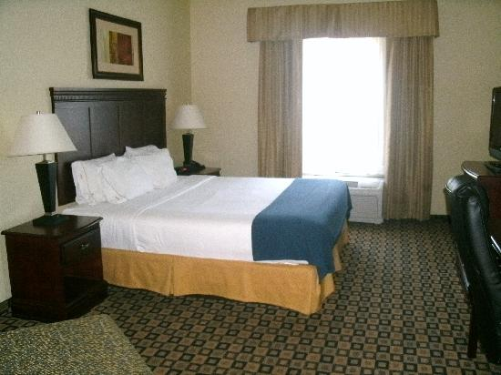 Holiday Inn Express Hotel & Suites Waukegan: Very nice bed!