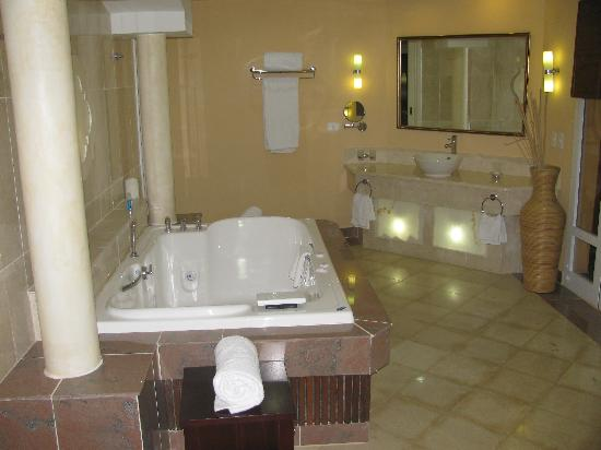 Paradisus Varadero Resort & Spa: The beautiful bathroom with walk our garden shower