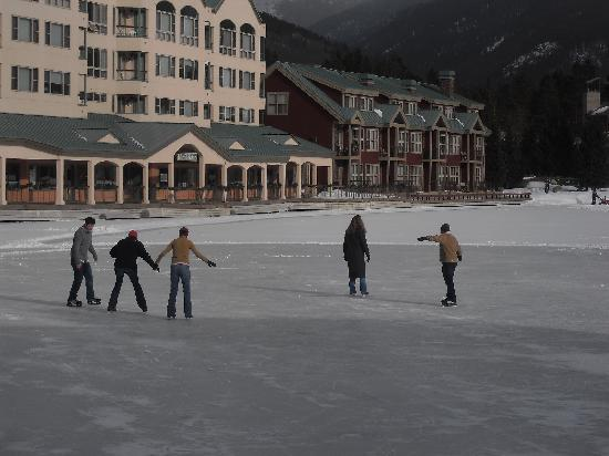 Inn at Keystone: Ice skating on the lake in back of hotel