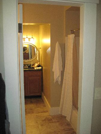Fullerton Inn - Room 17 (full bath)