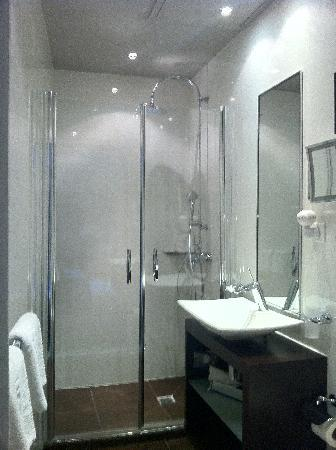 Grand Hotel Saint-Michel: The ensuite bathroom, with a lovely rain shower