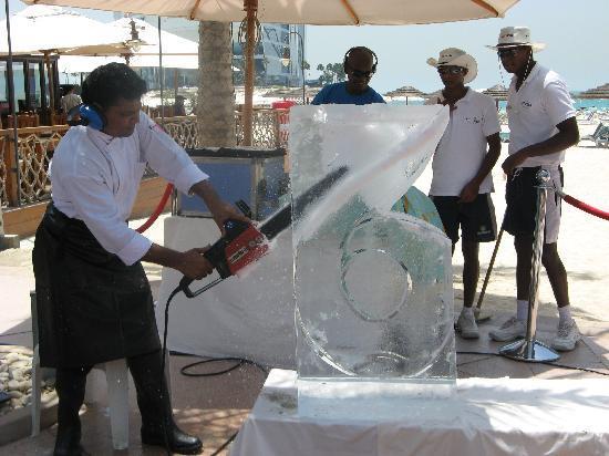 Jumeirah Beach Hotel: Ice Sculpting - very entertaining