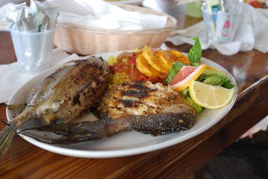 Restaurant Le Karibuni: Lunch is served.