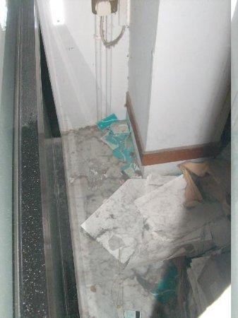 Grecian Bay Hotel : Derrière paroie couloir hall d'entrée