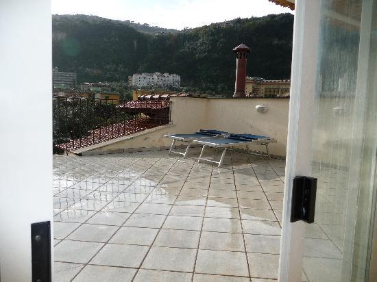 Don Valerio B&B: vista di parte del terrazzo dalla veranda