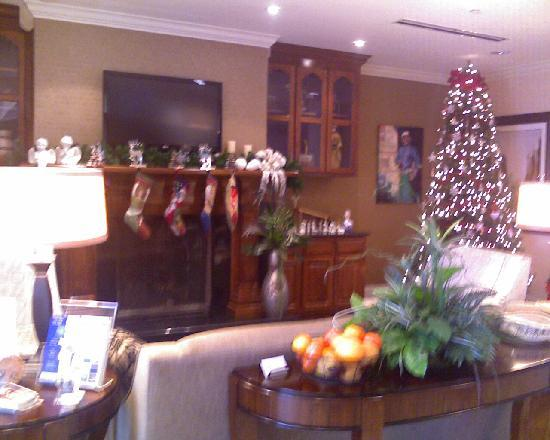 Holiday Inn Express Pembroke: lobby at holiday time