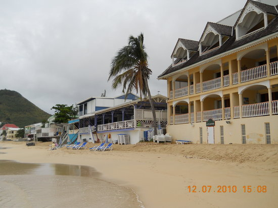 Le Ti Provencal: View of restaurant from beach side..blue chairs in front