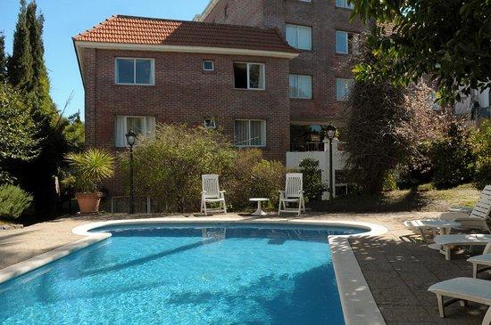 Regency Suites Hotel-Montevideo : backyard-Swimming pool-piscina externa