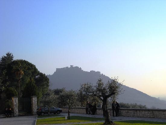 Sermoneta, إيطاليا: Sermoneta vista dalla pianura pontina