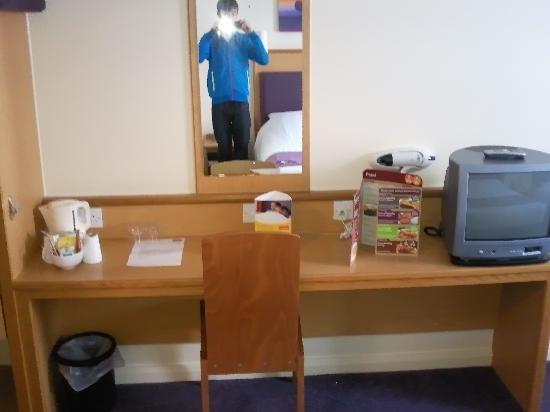 Premier Inn Caerphilly Crossways Hotel: Kettle, TV, mirror and table in room 14