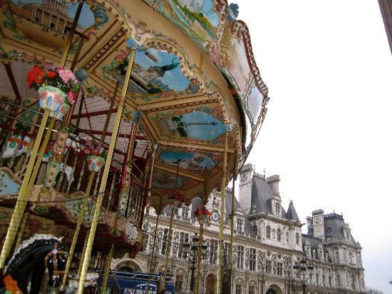 Париж, Франция: Carousel / Hotel de Ville