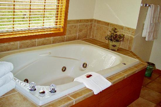 Meadow Ridge Resort: Relax in one of our whirlpool tubs