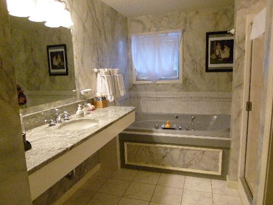 Inn at Stockbridge: The beautiful bathroom in the Norman Rockwell room
