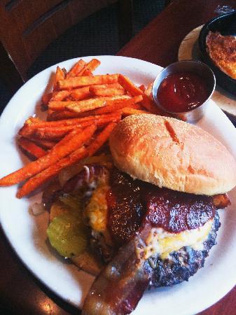 Z'Tejas Southwestern Grill: Hamburger mit Sweat Potatoes Fries