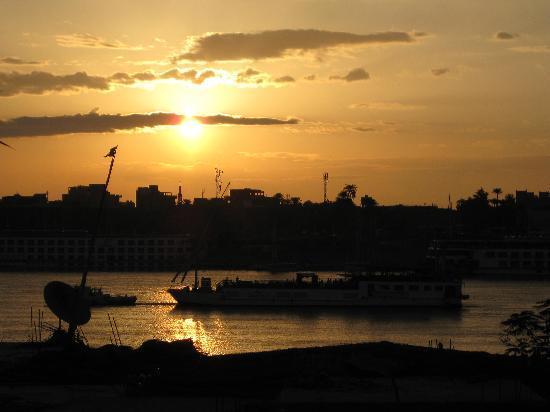 Senmut Luxor B&B: Sunrise over the Nile taken from the terrace