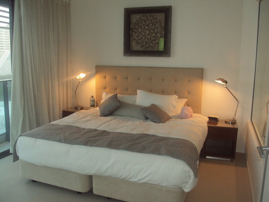Peppers Broadbeach: Very comfertable king size bed and to the right a walk in wardrobe