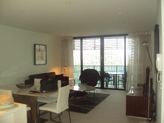 Peppers Broadbeach: Lounge area in 1 bedroom apartment