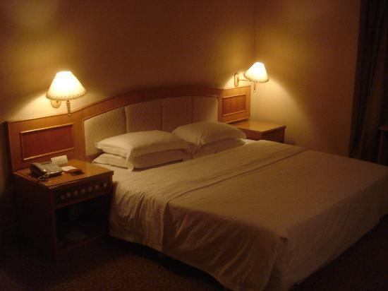 Hua Hai Hotel: big bed