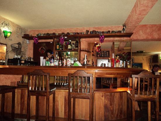 La Fontana Havana: Barra de uno de los bares que hay dentro del local.