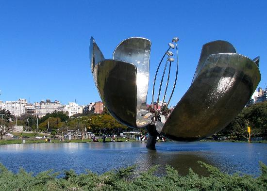 Buenos Aires, Argentinien: 'Floralis', a 8m tall flower made of metal - beautifull monument