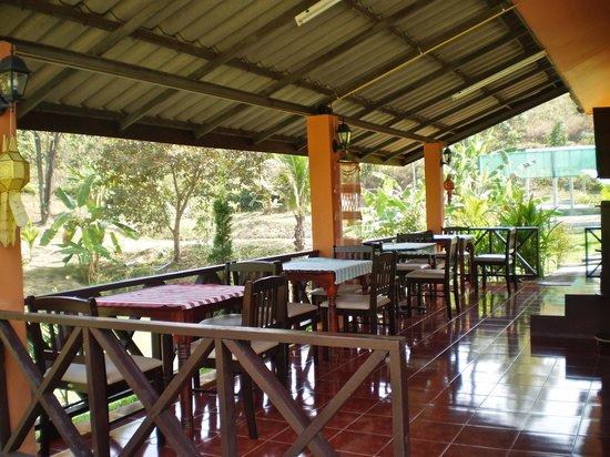 Ban Rai Tin Thai Ngarm Eco Lodge: open breakfast/dining veranda in common building