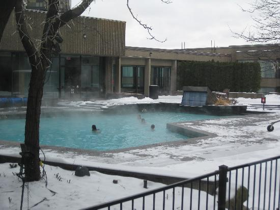 Hotel Bonaventure Montreal: outdoor heated pool