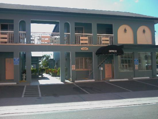 Sunrise Resort Motel South: Front of Sunrise. Parking here and on side.behind me is the beach