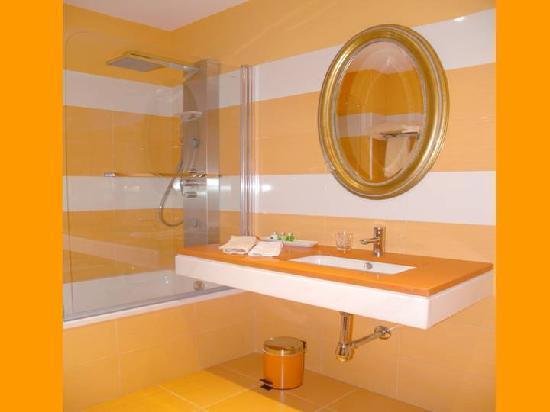 Arenas de San Pedro, España: Baño habitación doble naranja
